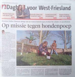 Foto uit de krant van een speeltuin vol met hondendrollen en het krantenartikel zelf. bij artikel: Op missie tegen hondenpoep.