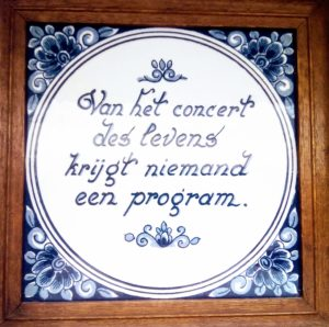 Een stress filmpje in mijn hoofd. Op een tegel staat de tekst: Van het concert des levens krijgt niemand een program.